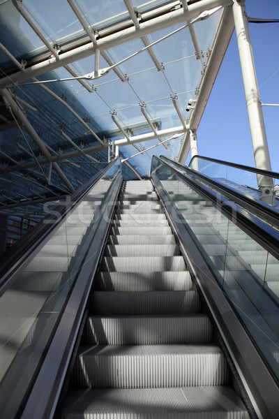 Escalator escaliers transport personnes up vers le bas Photo stock © tlorna