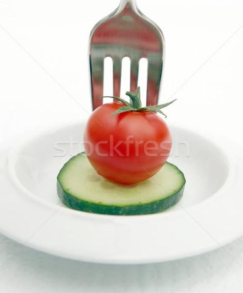 Régime alimentaire repas concombre tomate plaque casse-croûte Photo stock © tlorna