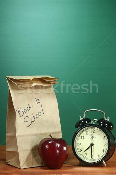 Zdjęcia stock: Szkoły · obiad · jabłko · zegar · biurko · powrót · do · szkoły