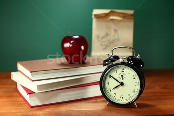 Zdjęcia stock: Powrót · do · szkoły · zegar · jabłko · książek · biurko