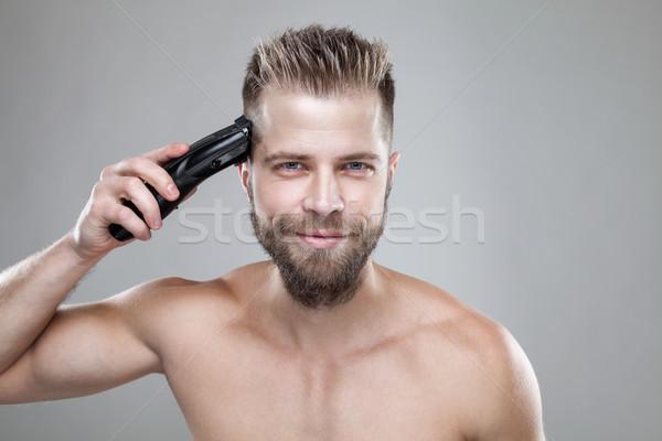 Jóképű férfi vág saját haj jóképű szakállas Stock fotó © tommyandone