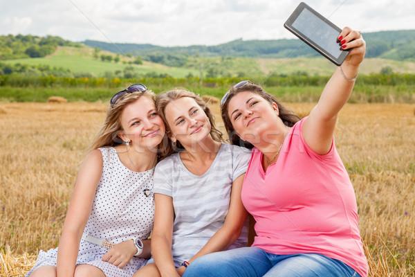 Három legjobb barátok elvesz nők boldog barátok Stock fotó © tommyandone