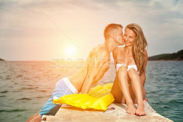 Stockfoto: Jonge · gelukkig · paar · kus · strand · zonsondergang