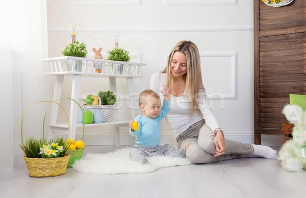 Elragadtatott anya gyermek élvezi húsvéti tojásvadászat otthon Stock fotó © tommyandone