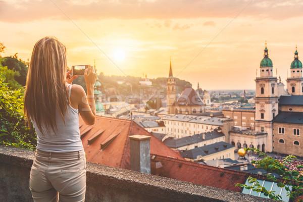Turista foto pôr do sol Áustria móvel Foto stock © tommyandone