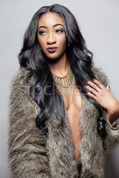 Foto stock: Belo · mulher · negra · longo · cabelos · cacheados · casaco · de · pele