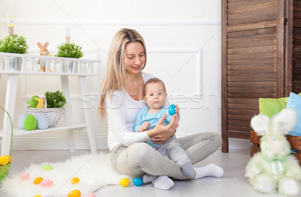 母親 子 イースターエッグハント ホーム ストックフォト © tommyandone