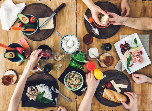 Top Ansicht Gruppe Menschen Sitzung Tabelle Essen Stock foto © tommyandone