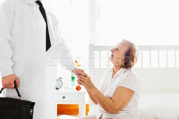 Törődés idős orvos beteg otthon támogatás Stock fotó © tommyandone