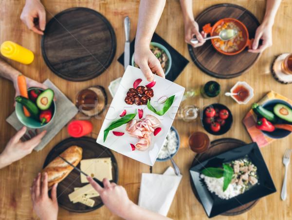Górę widoku grupy ludzi posiedzenia tabeli posiłek Zdjęcia stock © tommyandone