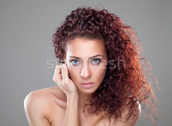 Piękna kobieta czerwony kręcone włosy piękna młoda kobieta twarz Zdjęcia stock © tommyandone
