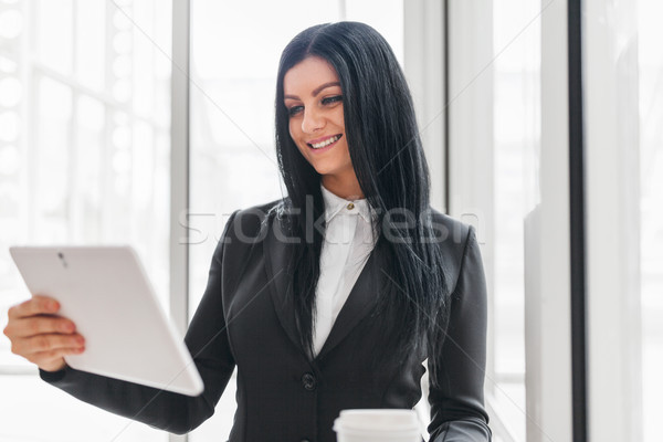 Stock fotó: Sikeres · üzletasszony · dolgozik · tabletta · iroda · fiatal