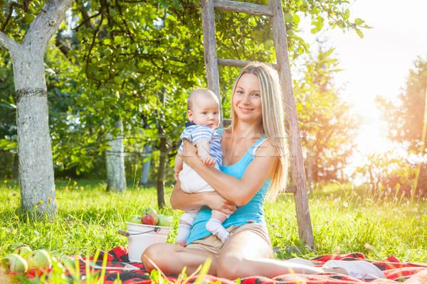 Stock fotó: Gyönyörű · anya · baba · ül · kint · pléd