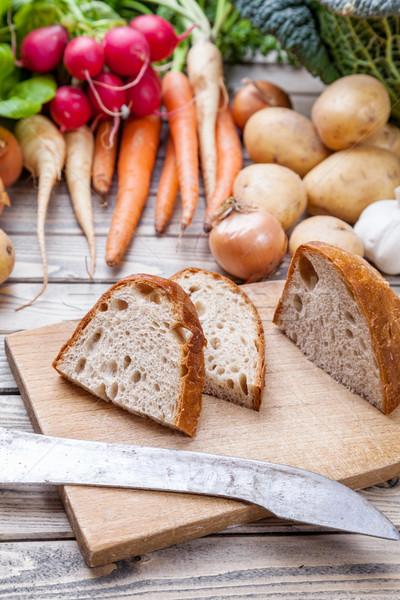 Frissen vág kenyér vágódeszka organikus zöldségek Stock fotó © tommyandone