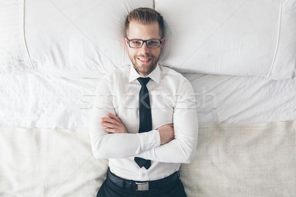 Top Ansicht gut aussehend Geschäftsmann Gläser Bett Stock foto © tommyandone