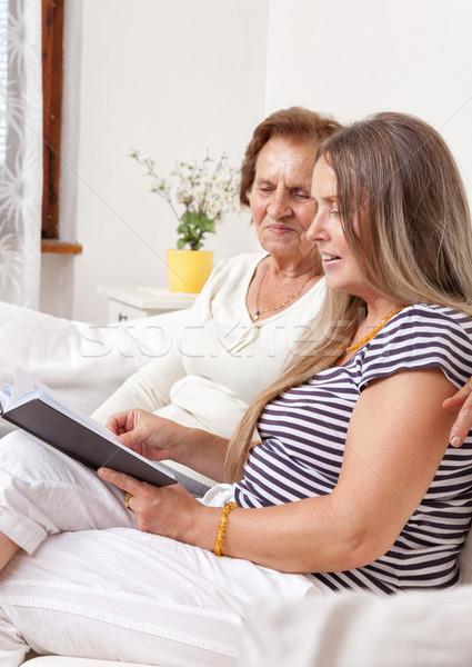 Gondozó idő idős nő olvas könyv nő Stock fotó © tommyandone