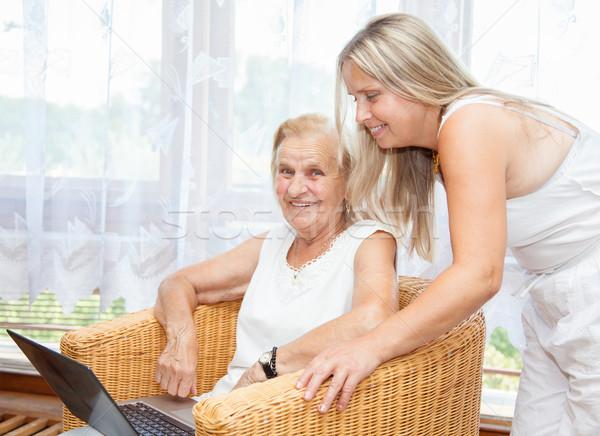 Ayudar fuera nuevos tecnología ancianos mujer Foto stock © tommyandone