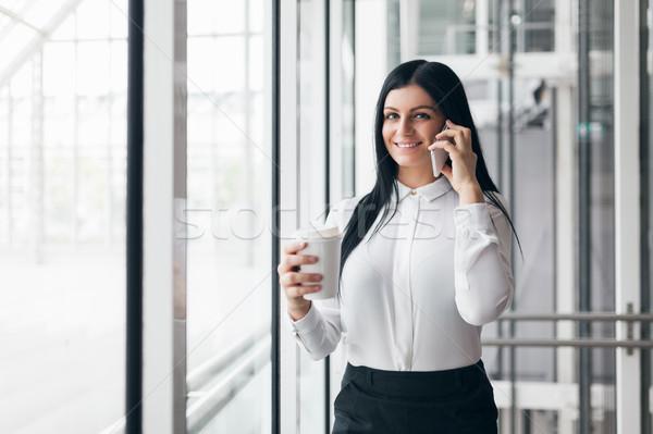 Réussi femme d'affaires café smartphone bureau jeunes Photo stock © tommyandone