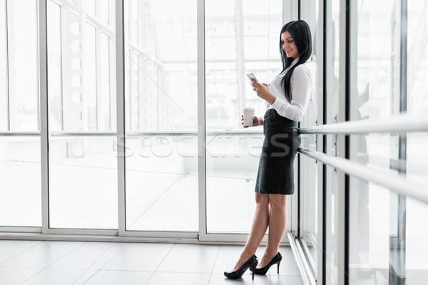 Stockfoto: Geslaagd · zakenvrouw · koffie · smartphone · kantoor · jonge