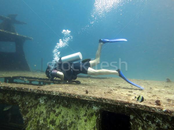 Búvár fiatalember búvár víztükör hajóroncs nő Stock fotó © tony4urban