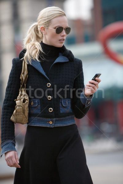 Signora parlando cellulare giovani faccia lavoro Foto d'archivio © toocan