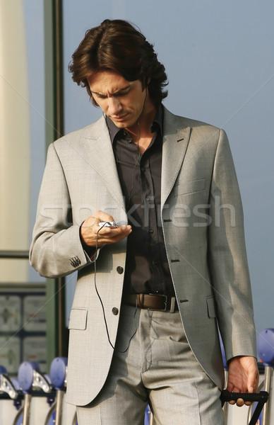 Praten mobiele telefoon zakenman mobiele telefoon luchthaven gebouw Stockfoto © toocan