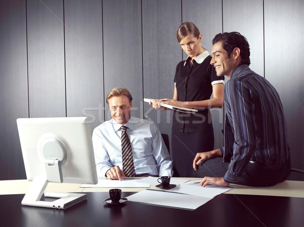 üzletemberek dolgozik számítógép iroda üzlet megbeszélés Stock fotó © toocan