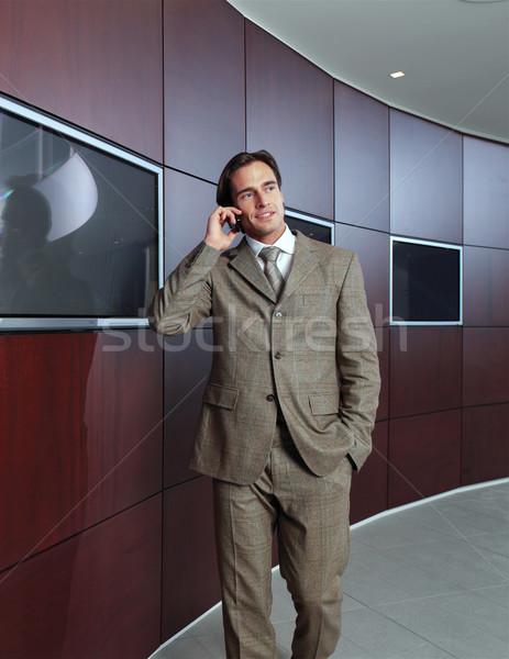 Zakenman praten mobiele telefoon kantoor lobby telefoon Stockfoto © toocan