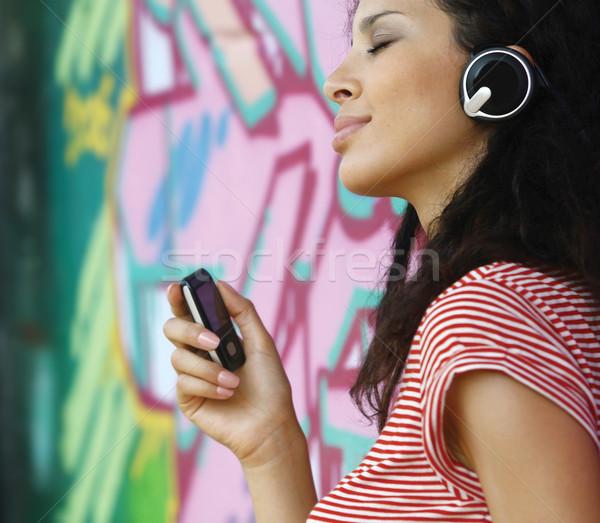 Donna cuffie ascoltare musica pop felice Foto d'archivio © toocan