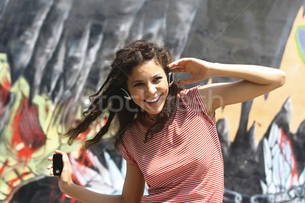 Brunette fille danse mp3 casque musique Photo stock © toocan
