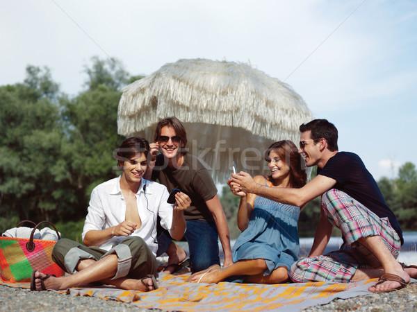 Quattro amici picnic sorriso party Foto d'archivio © toocan