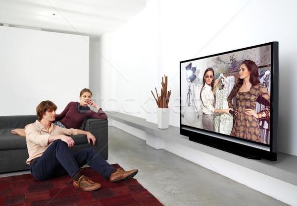 商业照片: 看电视 · 一起 · 快乐 · 成熟 · 情侣 · 坐在
