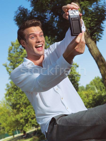 Uomo foto telefono cellulare parco bello Foto d'archivio © toocan