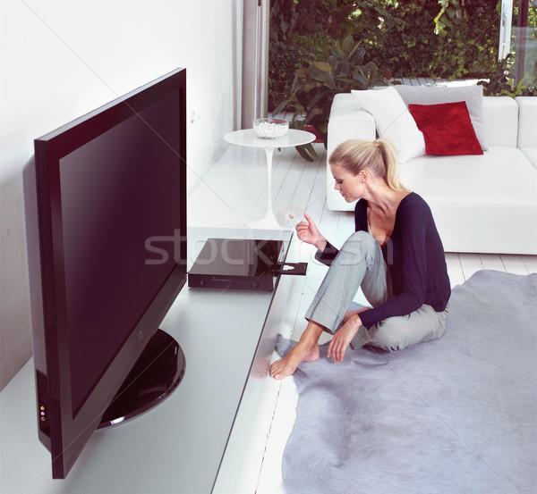 Kijken home cinema vrouw woonkamer televisie home Stockfoto © toocan
