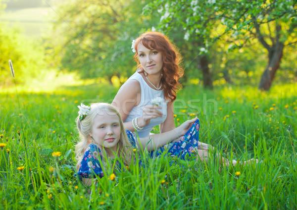 Mooie moeder cute dochter glimlachend poseren Stockfoto © traza