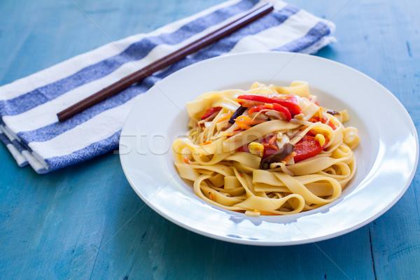 Keleti konyha fehér tál kínai tészta zöldségek Stock fotó © trexec