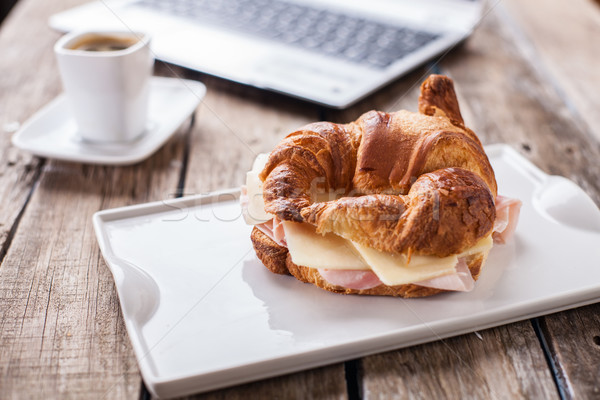 Croissants café café da manhã escritório trabalhando laptop Foto stock © trexec