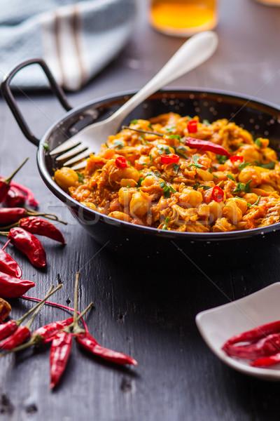 Indiai étel indiai csirkés curry zöldborsó chilipaprika serpenyő Stock fotó © trexec