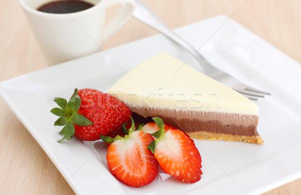 Foto stock: Bolo · café · três · bolo · de · chocolate · morangos · queijo