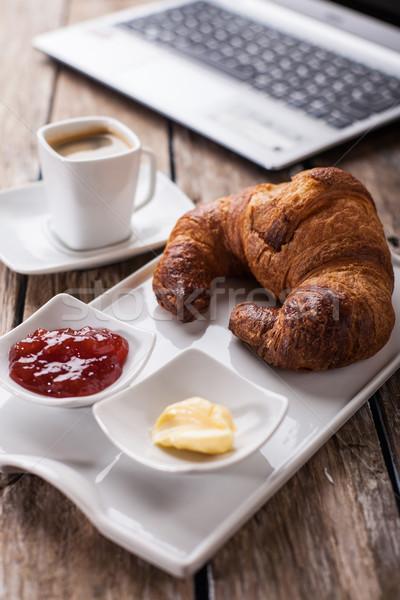 Croissants koffie ontbijt kantoor werken laptop Stockfoto © trexec
