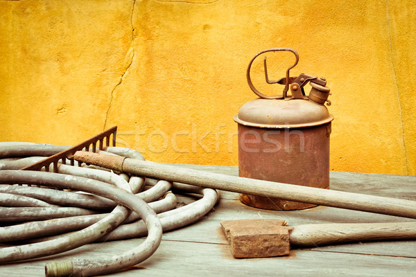 Antiguos herramientas superficie pared Foto stock © trgowanlock