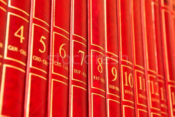 Enciclopédia vermelho livros prateleira educação Foto stock © trgowanlock