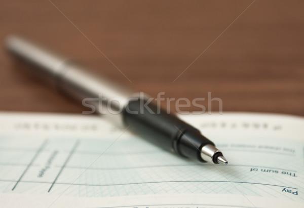 Schrijven cheque pen geld boek financieren Stockfoto © trgowanlock
