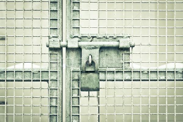 Poort hangslot metaal dramatisch monochroom bar Stockfoto © trgowanlock