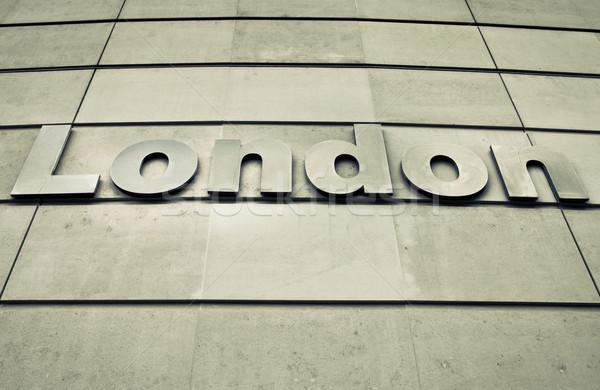 London felirat modern beton fal épület Stock fotó © trgowanlock