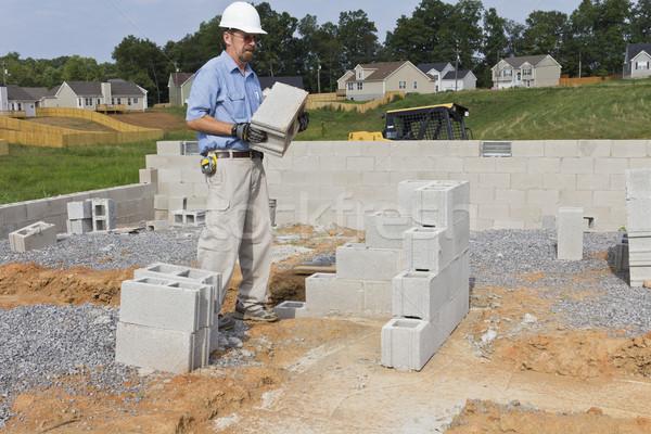 Mason konkretnych gotowy budować ściany prawa Zdjęcia stock © Trigem4