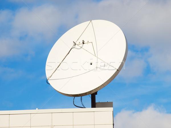 Schotelantenne modern gebouw dak hoek blauwe hemel business Stockfoto © tuulijumala