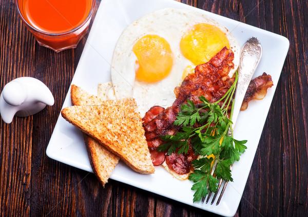 Kahvaltı tablo domuz pastırması yumurta plaka Stok fotoğraf © tycoon