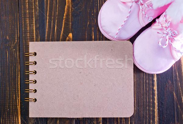 Babacipők jegyzettömb jegyzet asztal lány háttér Stock fotó © tycoon