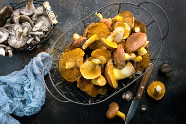 Foto stock: Cogumelos · cesta · tabela · madeira · natureza